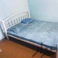 تخت دو نفره فلزی با تشک فنری و کفی تخت چوبی|تخت و اتاق خواب|رشت|دیوار